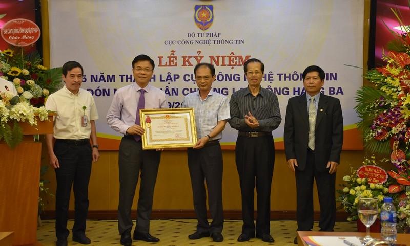 Thừa ủy quyền của Chủ tịch nước Bộ trưởng Lê Thành Long trao Huân chương Lao động hạng Ba cho tập thể lãnh đạo Cục CNTT
