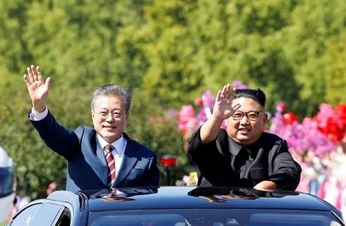 Tổng thống Hàn Quốc Moon Jae-in (trái) và Nhà lãnh đạo Triều Tiên Kim Jong-un tại Bình Nhưỡng. Ảnh: Reuters/VOV