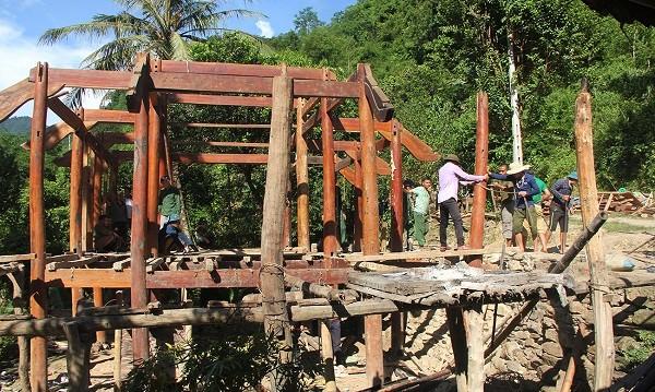 Bà con đang tháo dỡ những ngôi nhà bên sông Nậm Nơn để tránh thiệt hại