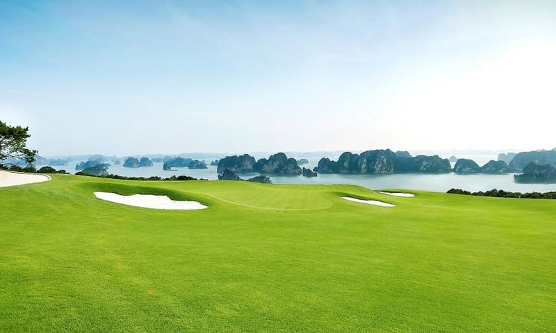 Sân golf tại FLC Hạ Long có tầm nhìn thu trọn kỳ quan thế giới