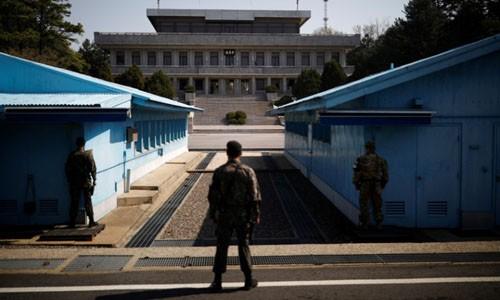 Binh sĩ Hàn Quốc đứng gác tại Khu Phi quân sự ở biên giới liên Triều. Ảnh: Reuters/VnE