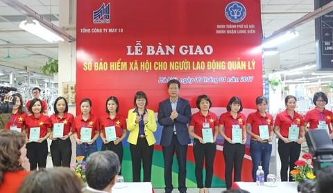 Hà Nội: Hoàn thành bàn giao sổ bảo hiểm xã hội cho người lao động