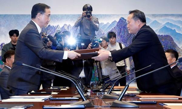 Bộ trưởng Thống nhất Hàn Quốc Cho Myoung-gyon (trái) trao đổi tuyên bố chung với Chủ tịch Ủy ban Tái thống nhất hòa bình Triều Tiên Ri Son-gwon tại cuộc họp ở Bàn Môn Điếm ngày 15.10. Ảnh Reuters/Thanh niên