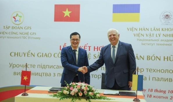 Ông Bùi Xuân Hồi – Phó Viện trưởng Viện Công nghệ GFS và Ông Yuri F. SNEZHKIN - Viện sĩ Viện Hàn lâm Khoa học quốc gia Ukraina ký kết hợp đồng