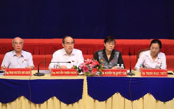 Tổ đại biểu Quốc hội do ông Nguyễn Thiện Nhân dẫn đầu, làm việc với cử tri quận 2. Ảnh: Hữu Khoa.
