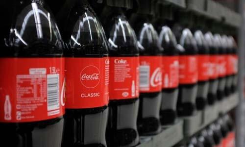Người đàn ông hầu như chỉ cho các con uống Coca-Cola. Ảnh minh họa: AFP/VnE