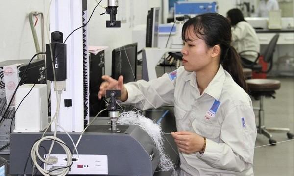 Kỹ sư PVTEX kiểm tra chất lượng sợi DTY