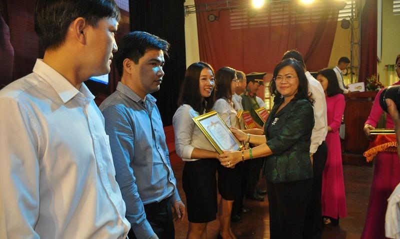 Phó Chủ tịch UBND tỉnh Đồng Nai Nguyễn Hòa Hiệp tặng bằng khen cho các cá nhân và tập thể có thành tích xuất sắc trong tuyên truyền, PBGDPL hưởng ứng Ngày Pháp luật Việt Nam.