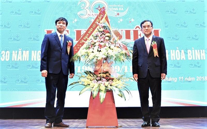 Chủ tịch EVN Dương Quang Thành (phải) chúc mừng lãnh đạo Công ty Thủy điện Hòa Bình