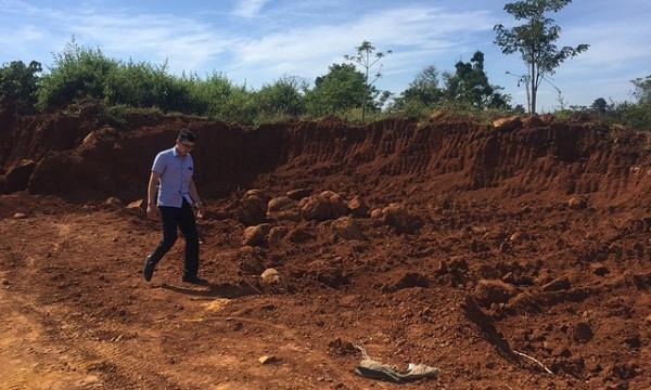 Hiện trường khu khai thác đất trái phép. Ảnh Dân trí