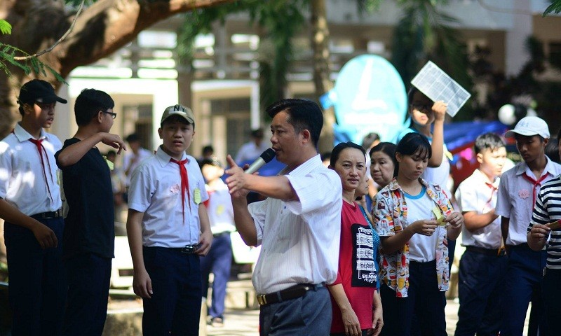 Thầy Lộc trong vai trò là người dẫn đầu các hoạt động Đội của trường