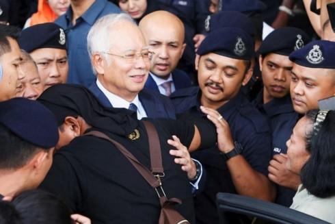 Cựu Thủ tướng Malaysia Najib Razak rời khỏi tòa sau một phiên xét xử hôm 4/10. Ảnh: Reuters/VOV