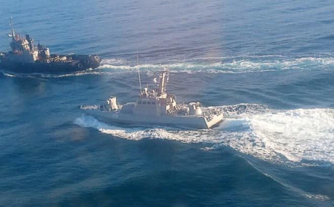 Hình ảnh do FSB công bố cho thấy các tàu của Nga và Ukraine đang giằng co