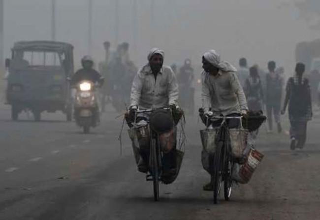 Khói mù ô nhiễm trên đường phố New Delhi. (Ảnh: Phys.org/VTV24)