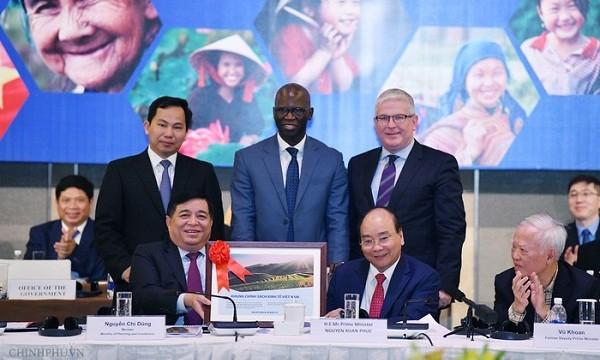 Thủ tướng và Bộ trưởng Bộ KH&ĐT tặng tài liệu Khung chính sách kinh tế Việt Nam cho WB