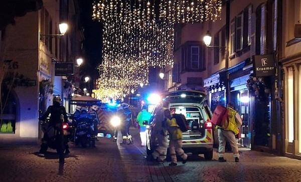 Các nhân viên cứu hộ tại hiện trường vụ nổ súng. Ảnh Guardian/ANTĐ