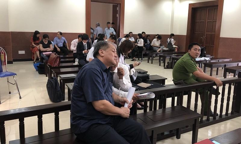 Ông Phạm Công Danh và luật sư đang trao đổi trong giờ giải lao