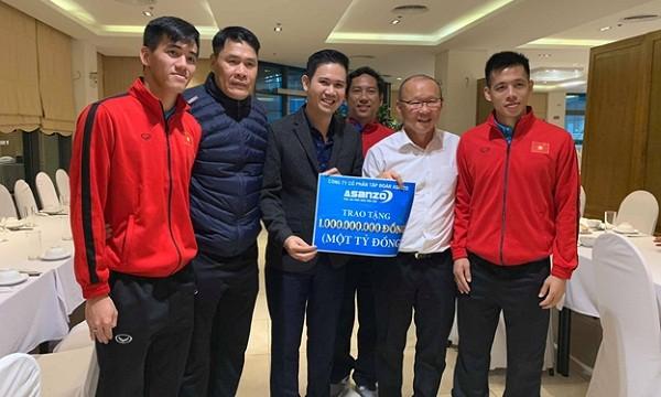 Chủ tịch HĐQT công ty Asanzo, ông Phạm Văn Tam trao thưởng cho Đội tuyển ngay sau trận chung kết