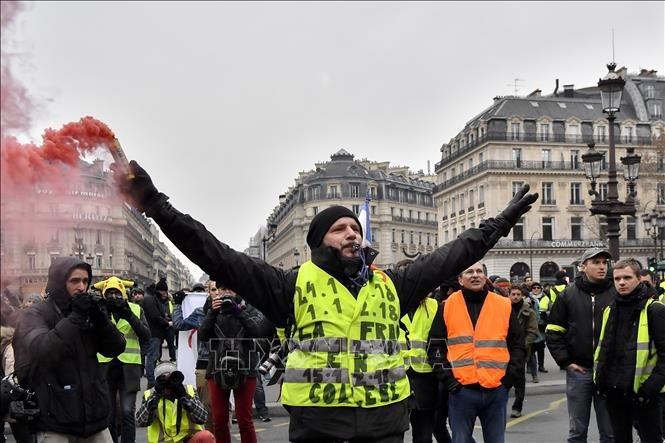"""Người biểu tình """"Áo vàng"""" tập trung tại quảng trường Opera ở Paris, Pháp ngày 15/12/2018. Ảnh: THX/ TTXVN"""