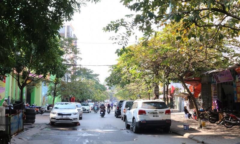 Giao thông bị cản trở vì ô tô đỗ dưới lòng đường, vỉa hè bị chiếm dụng