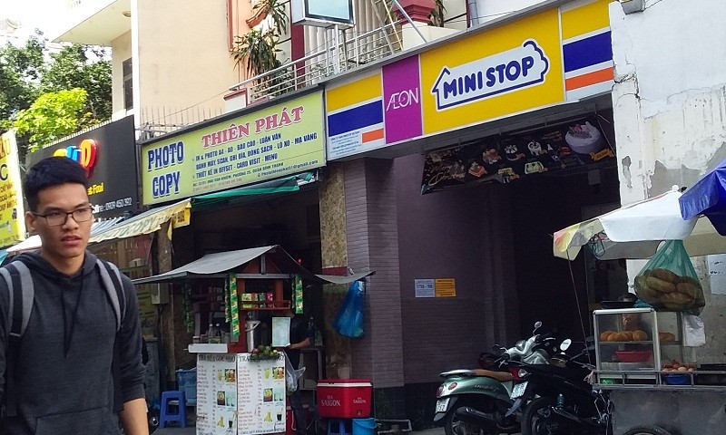Cửa hàng Ministop trên đường Ung Văn Khiêm đối diện với Trường ĐH Công nghệ TP HCM nên khá đông sinh viên mua sắm