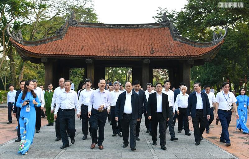 Thủ tướng thăm khu di tích Lam Kinh. - Ảnh: VGP/Quang Hiếu