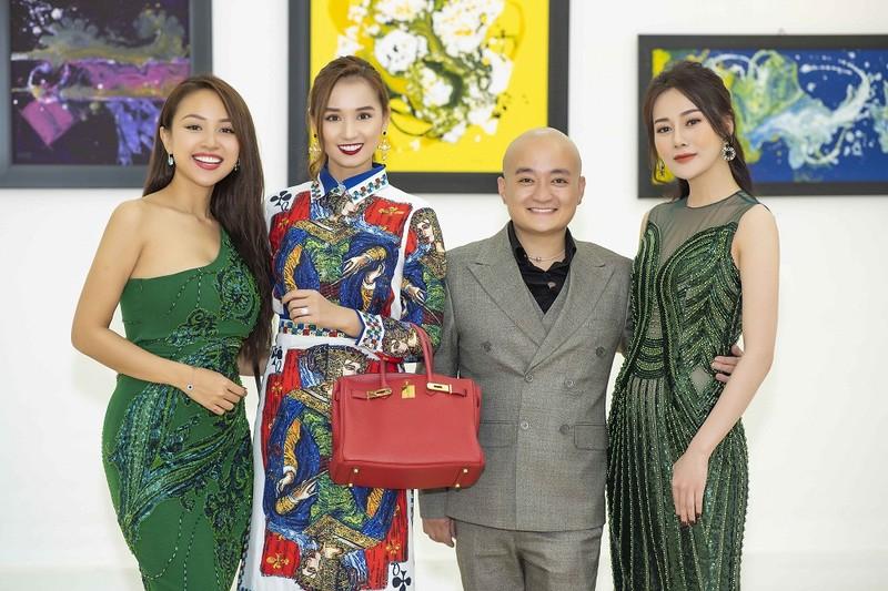 Vân Hugo, Lã Thanh Huyền và Phươg Oanh chúc mừng nhà thiết kế Cao Minh Tiến