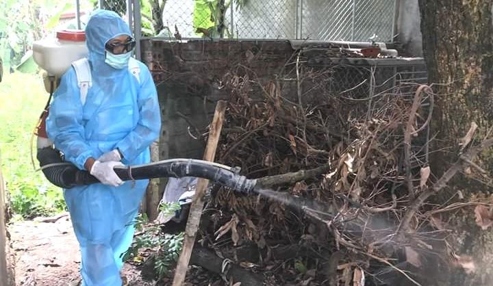 Cán bộ y tế phun hóa chất xử lý ô nhiễm môi trường trên địa bàn khu dân cư