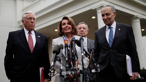 Tân Chủ tịch Hạ viện Mỹ Nancy Pelosi (ở giữa)