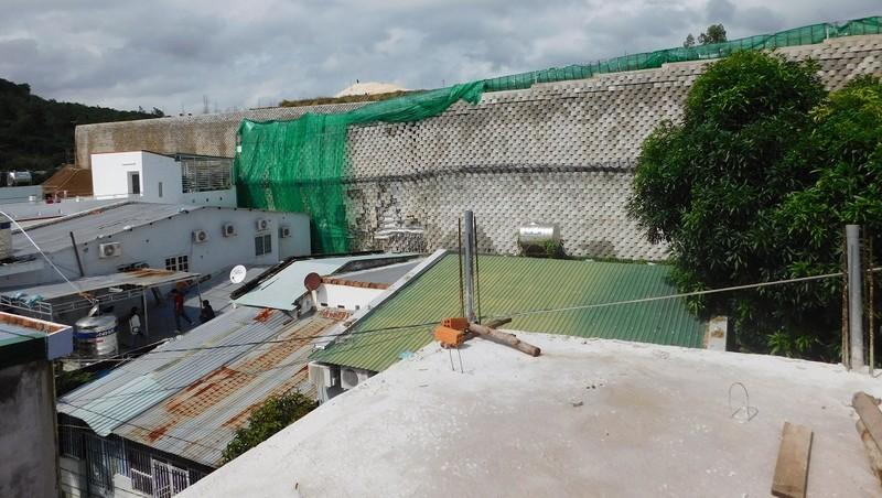 """Dự án Khu biệt thự Đồi xanh Nha Trang: Tường bao """"chuyên gia Mỹ thẩm định"""", gạch vẫn ập xuống nhà dân"""