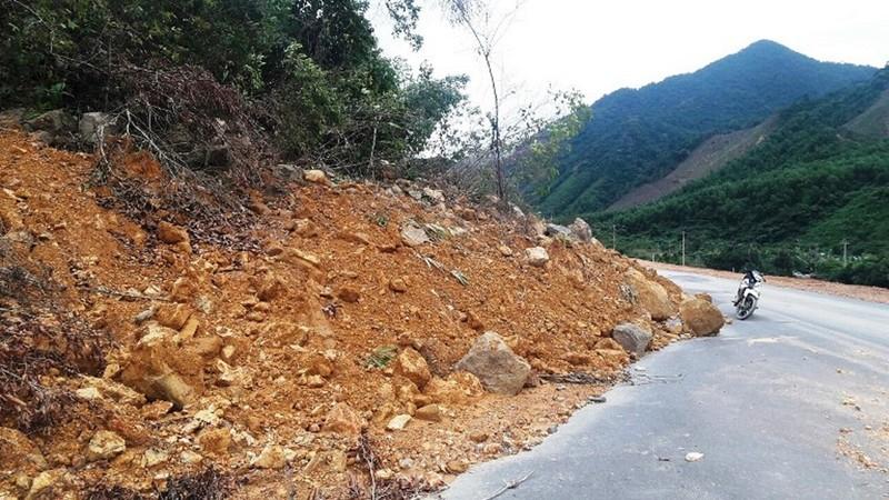 Hàng trăm m3 đất, đá tràn xuống đường tại khu vực thôn Tà Lang, xã Hòa Bắc