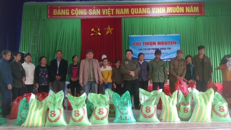 2 tấn gạo và quà đến với hộ nghèo
