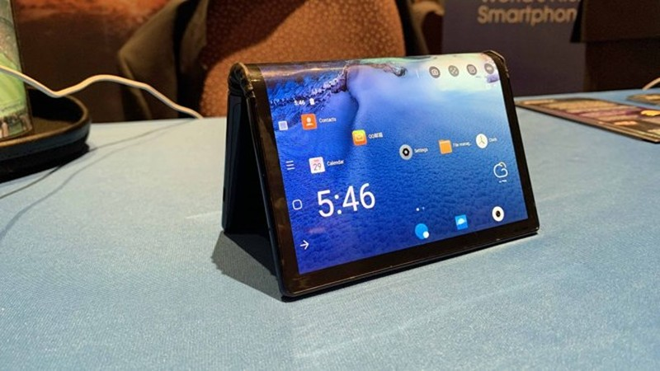 Cận cảnh chiếc điện thoại màn hình gập đầu tiên trên thế giới