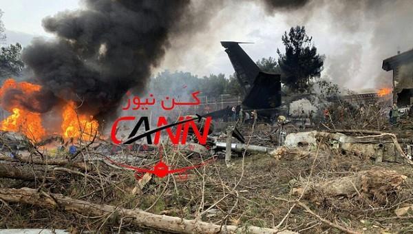 Chiếc máy bay bốc cháy và vỡ thành nhiều mảnh sau khi lao xuống một khu dân cư. (Ảnh: Twitter/Dân trí)