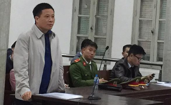 Bị án Hà Văn Thắm trả lời HĐXX. Ảnh: Thân Hoàng/Tuổi trẻ
