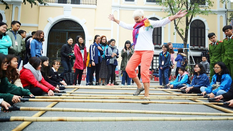 Du khách nước ngoài thích thú với trò chơi dân gian khi đến Việt Nam