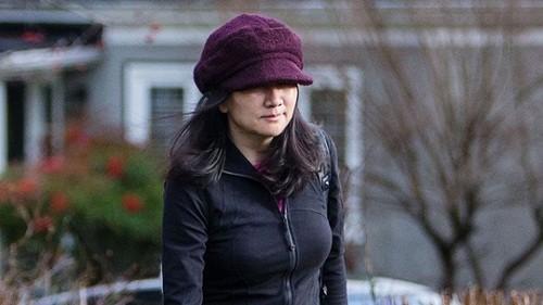 Bà Mạnh rời khỏi nhà riêng ở Vancouver hôm 10/1. Ảnh: Bloomberg/NLĐ