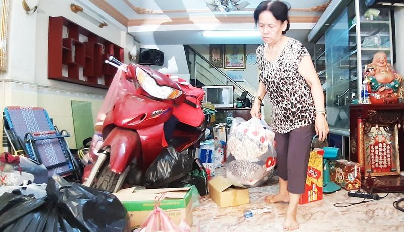Người dân chung cư 518 Võ Văn Kiệt đang tất tả thu dọn đồ đạc để rời khỏi chung cư bị nghiêng