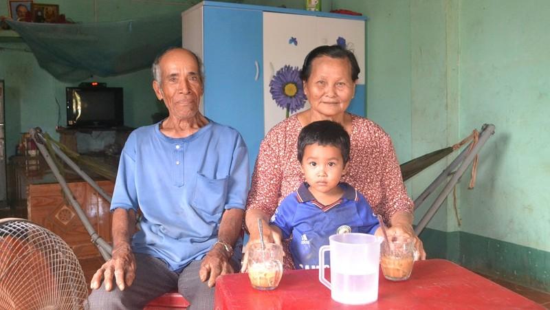 Vợ chồng ông Rơ Châm Gret và cháu ngoại ở làng Kte, xã Ia Phí, huyện Chư Păh, tỉnh Gia Lai