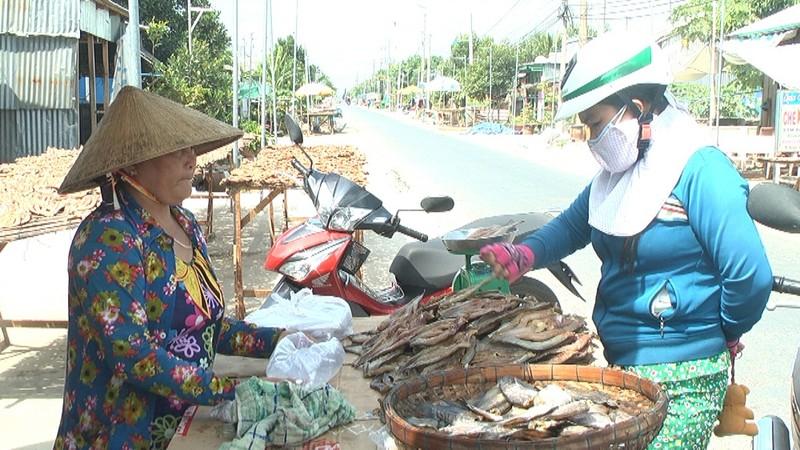 Khách hàng mua khô cá lóc