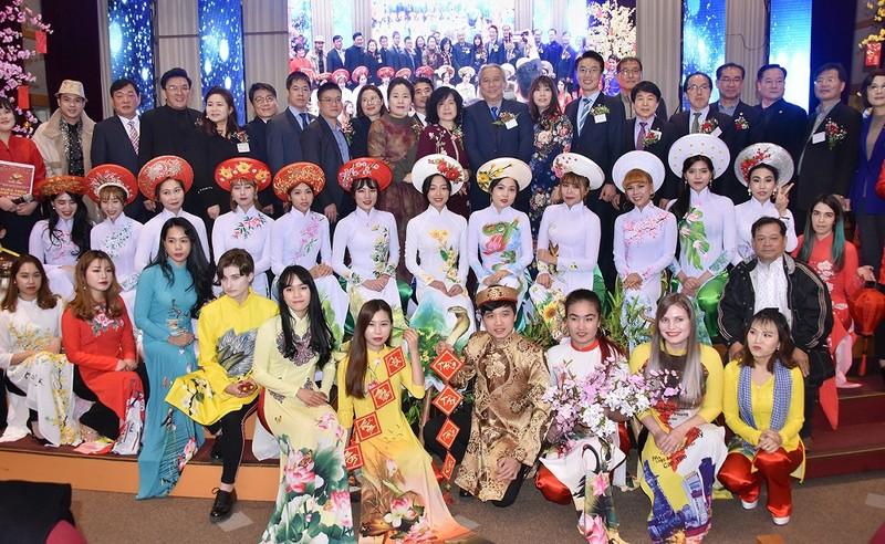 Đại sứ Nguyễn Vũ Tú, các Lãnh đạo địa phương, hiệp hội và bà con việt kiều chụp ảnh lưu niệm