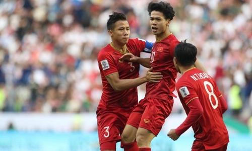 Công Phượng chia vui với đồng đội sau bàn thắng vào lưới Jordan vòng 1/8 Asian Cup 2019. Ảnh:Anh Khoa.