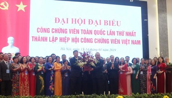 Phó Thủ tướng Thường trực Chính phủ Trương Hòa Bình tặng hoa chúc mừng Hiệp hội công chứng viên Việt Nam thành lập. Ảnh: TH
