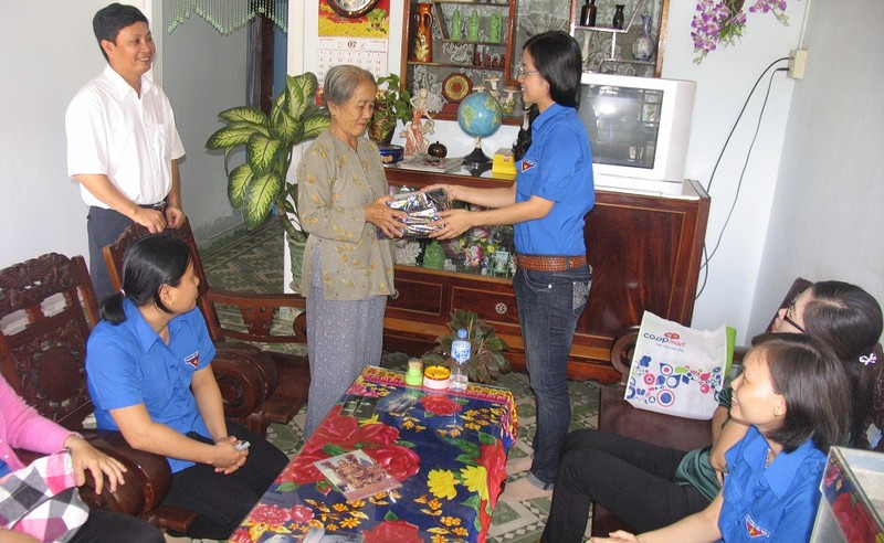 Đoàn Thanh niên thăm, tặng qùa chúc Tết các mẹ Việt Nam anh hùng - gia đình chính sách