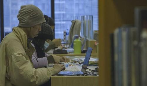 Simon Lee viết blog tại thư viện trung tâm ở vịnh Causeway, Hong Kong