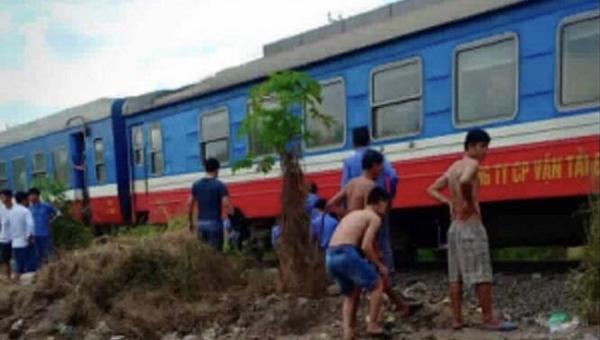 Đi bộ trên đường ray, người đàn ông bị tàu hỏa cán tử vong