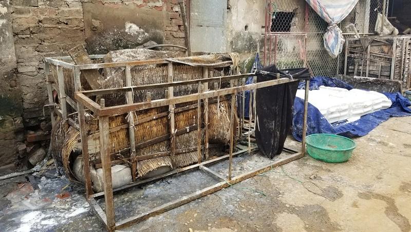 Các hộ sản xuất ngâm ủ bột ngay rìa đường và cống rãnh