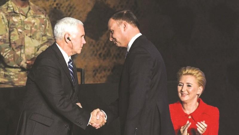Phó Tổng thống Mỹ Mike Pence bắt tay Tổng thống Ba Lan Andrzej Duda