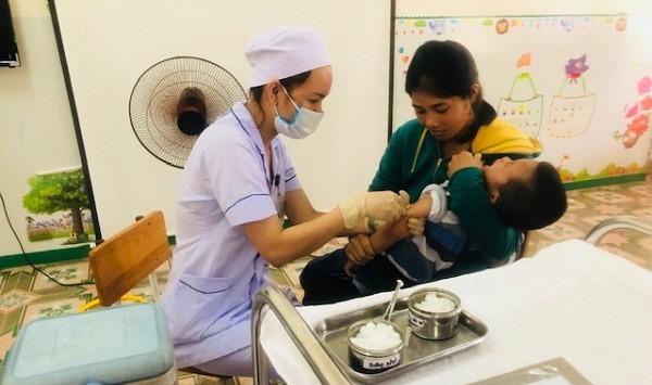Tiêm chủng phòng bệnh tại Trạm y tế xã Kỳ Tiến