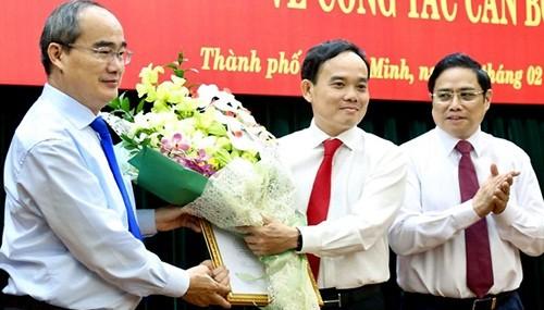Bí thư Thành ủy Nguyễn Thiện Nhân (trái) tặng hoa cho tân Phó bí thư Trần Lưu Quang. Ảnh: Hữu Công